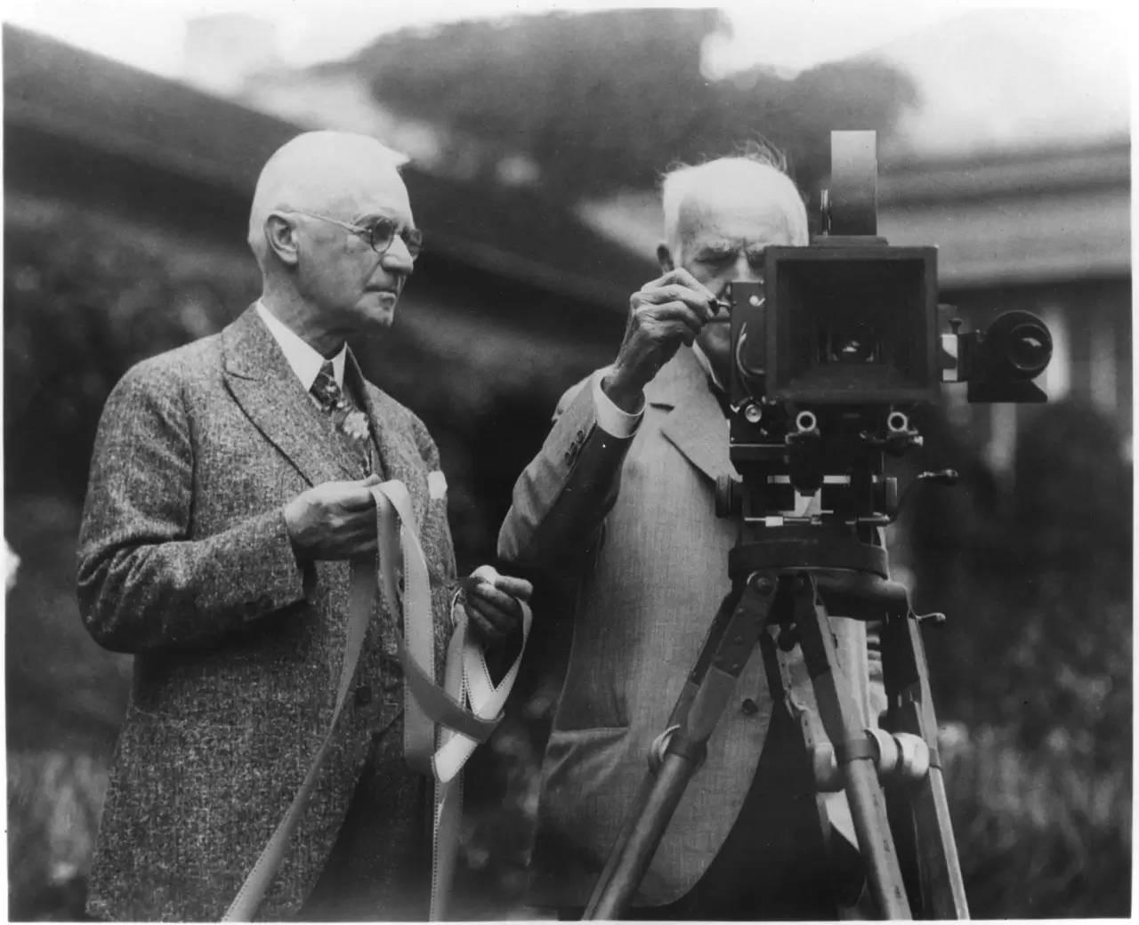 愛迪生發明了電影放映機