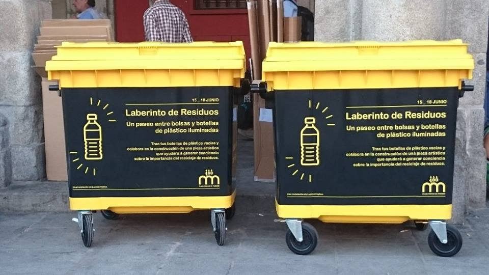 Luzinterruptus嘗試在廣場直接擺放兩個亮黃大回收箱,向遊客募集廢棄寶特瓶。